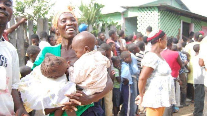 Madre-con-sus-hijos-feliz-e1585193157771.jpg