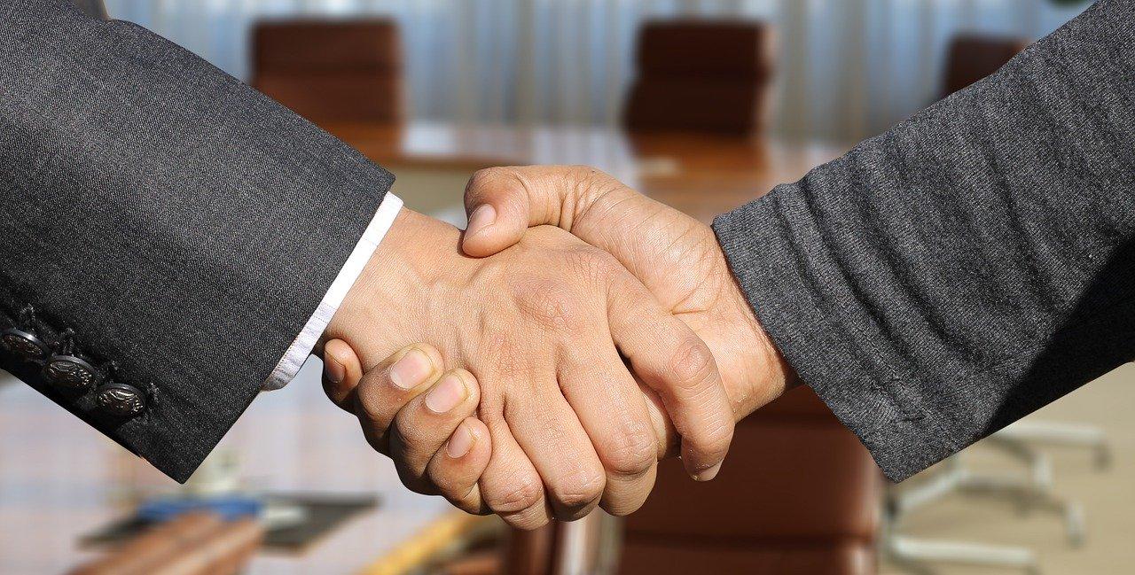 Saber saludar correctamente es una de las reglas generales del protocolo en la empresa