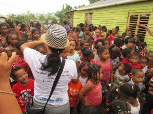 Margarita ministra a los niños en una actividad de PALFCRIS