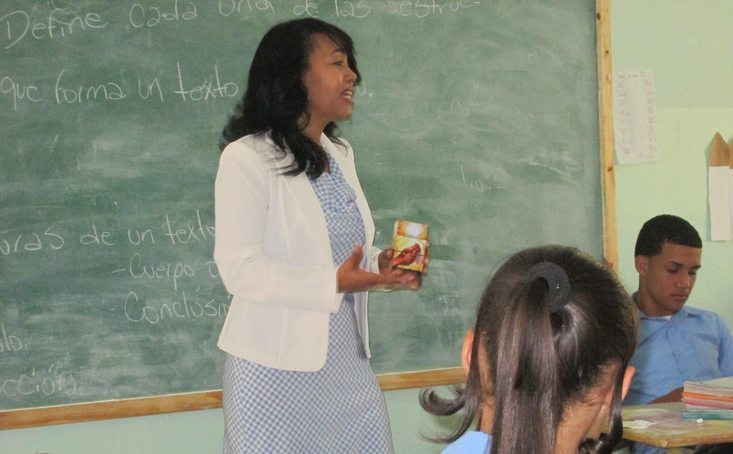 Margarita Gomera, directora de PALFCRIS, enseña a alumnos de una escuela pública
