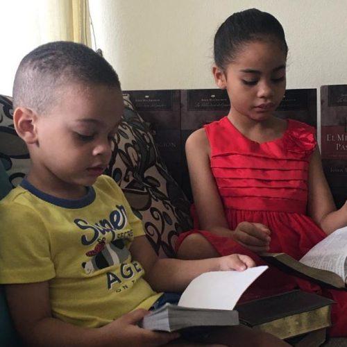 Niños estudiando La Palabra